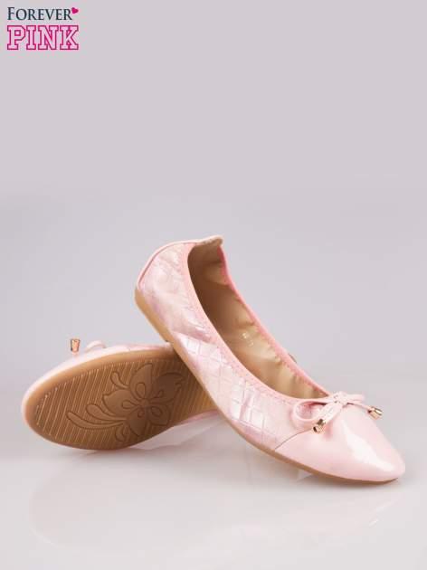 Różowe pikowane baleriny na gumkę z gładkim noskiem                                  zdj.                                  4