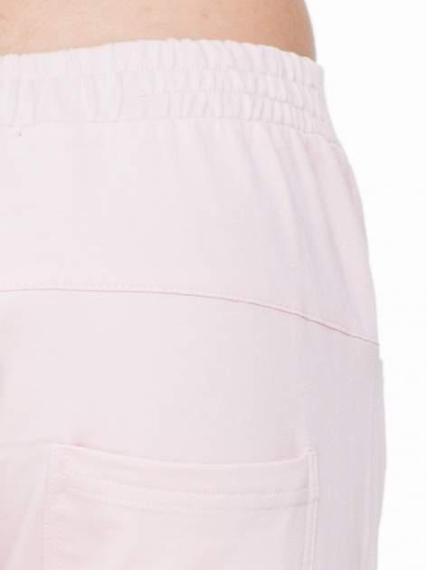 Różowe spodnie dresowe typu baggy z suwakiem                                  zdj.                                  7