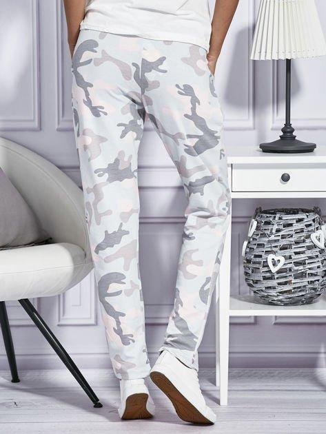 Różowe spodnie dresowe w militarny wzór                              zdj.                              2