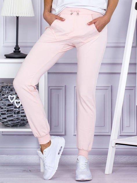 Różowe spodnie dresowe z kieszonką z przodu                              zdj.                              1