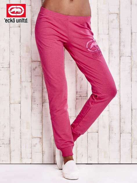 Różowe spodnie dresowe z naszywką
