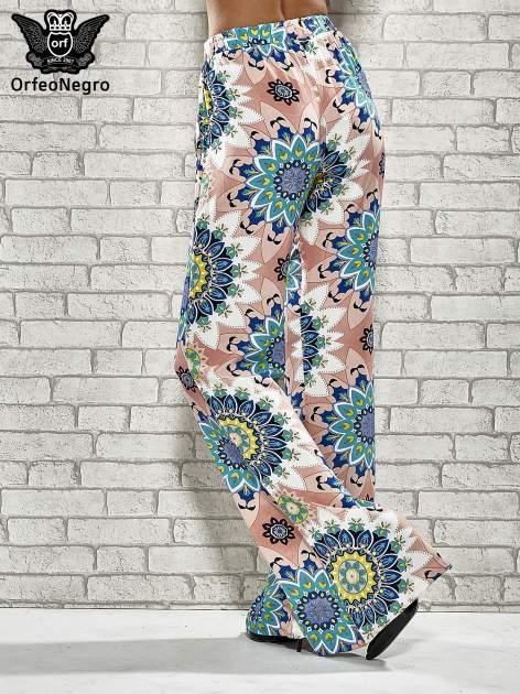 Różowe spodnie dzwony w etniczne wzory