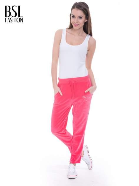 Różowe welurowe spodnie dresowe                                   zdj.                                  4