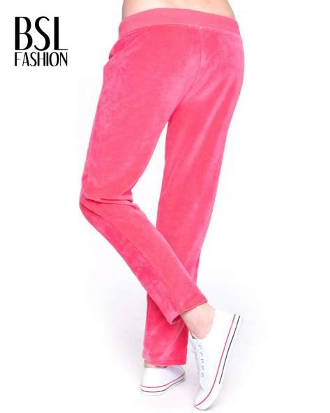 Różowe welurowe spodnie dresowe