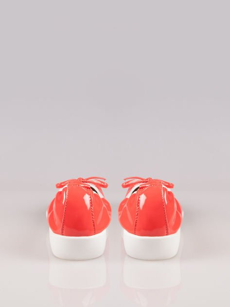 Różowoczerwone lakierowane baleriny z białym noskiem na grubej podeszwie