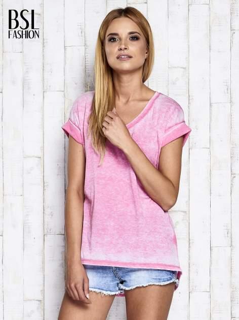 Różowy asymetryczny t-shirt z trójkątnym dekoltem                                  zdj.                                  3