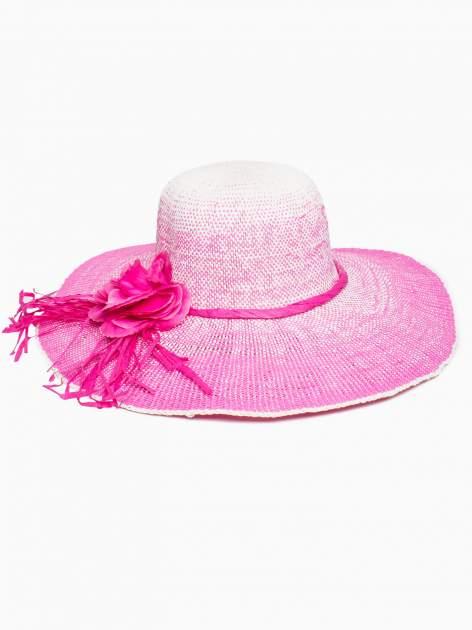 Różowy kapelusz słomiany z dużym rondem i kwiatem                                  zdj.                                  2