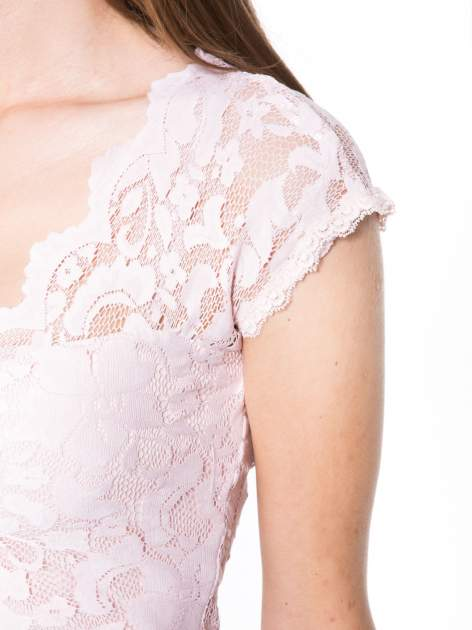 Różowy koronkowy t-shirt z głębokim dekoltem                                  zdj.                                  6