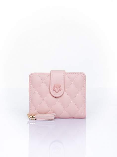 Różowy pikowany portfel z ozdobnym zapięciem                                  zdj.                                  1