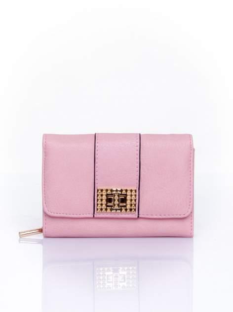Różowy portfel z ozdobnym zapięciem