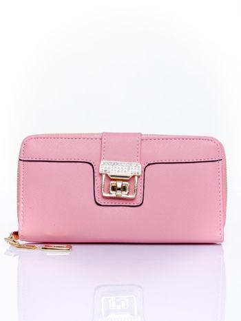 Różowy portfel z ozdobnym zapięciem i złotym uchwytem