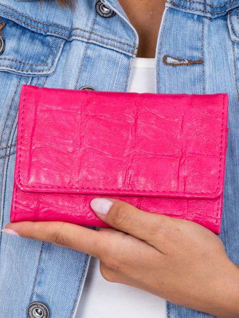 Różowy portfel z tłoczonym motywem animal skin