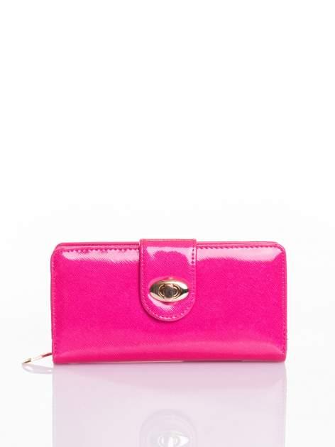 Rożowy portfel ze złotym zapięciem efekt skóry saffiano