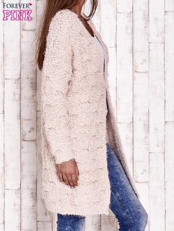 Różowy puchaty sweter z otwartym dekoltem                                  zdj.                                  3
