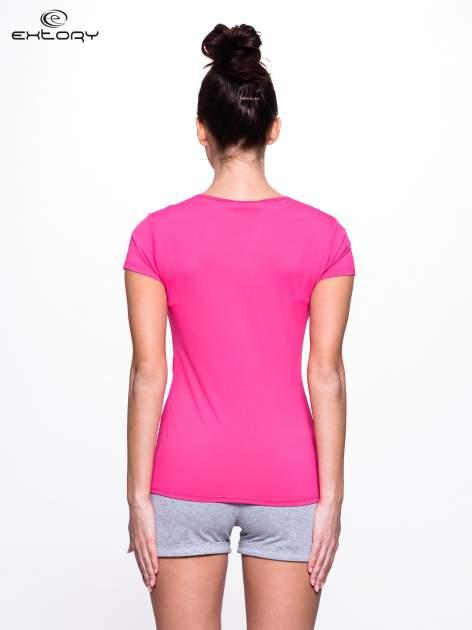 Różowy t-shirt sportowy z marszczeniem przy biuście                                  zdj.                                  3