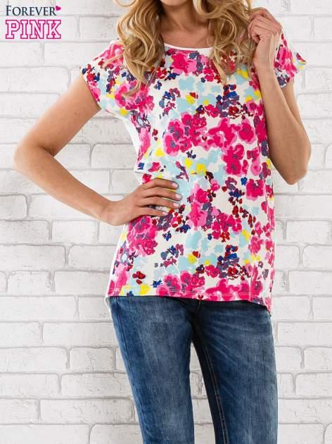 Różowy t-shirt z kwiatowym wzorem