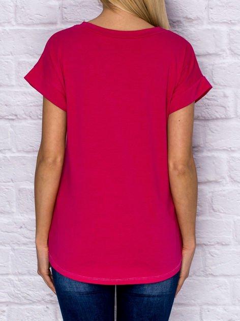 Różowy t-shirt z malarskim nadrukiem                              zdj.                              2