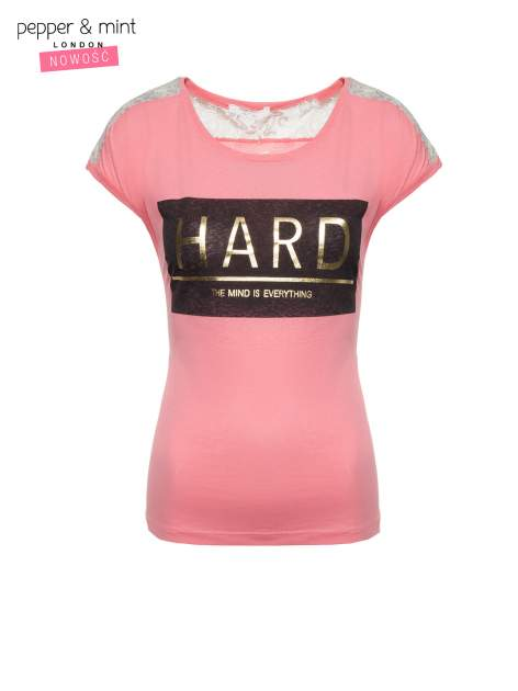 Różowy t-shirt z metalicznym nadrukiem HARD i koronkową wstawką z tyłu                                  zdj.                                  2