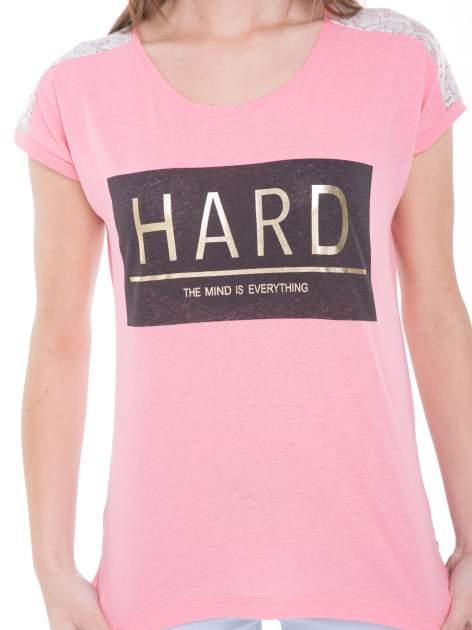 Różowy t-shirt z metalicznym nadrukiem HARD i koronkową wstawką z tyłu                                  zdj.                                  7