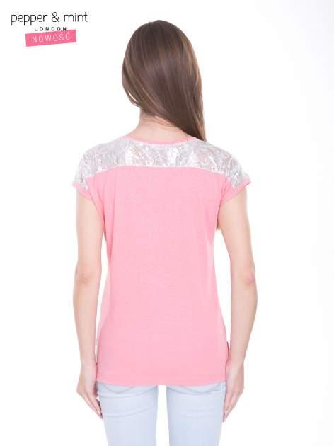 Różowy t-shirt z metalicznym nadrukiem HARD i koronkową wstawką z tyłu                                  zdj.                                  4