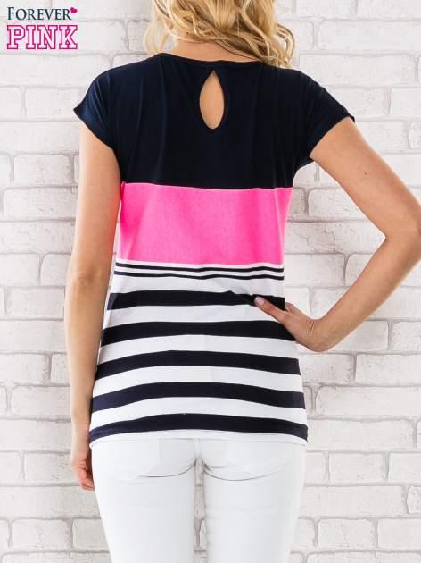 Różowy t-shirt z motywem pasków i aplikacją na dekolcie                                  zdj.                                  4