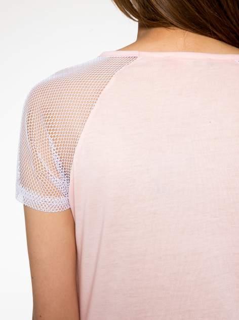 Różowy t-shirt z nadrukiem NEW YORK 55 i siatkowymi rękawami                                  zdj.                                  10