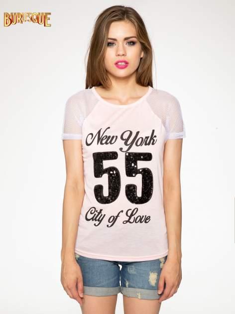 Różowy t-shirt z nadrukiem NEW YORK 55 i siatkowymi rękawami                                  zdj.                                  11