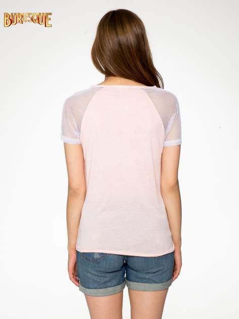 Różowy t-shirt z nadrukiem NEW YORK 55 i siatkowymi rękawami                                  zdj.                                  4