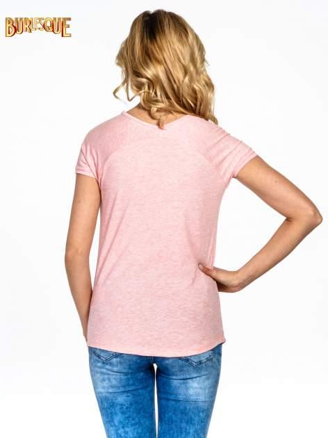 Różowy t-shirt z nadrukiem PARIS                                  zdj.                                  4