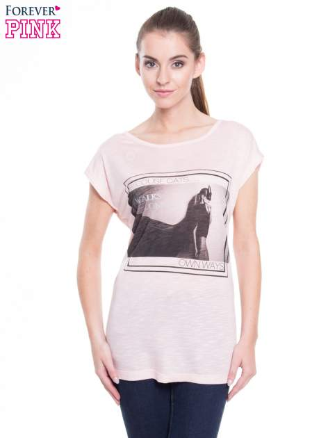 Różowy t-shirt z nadrukiem kobiety-kota                                  zdj.                                  1