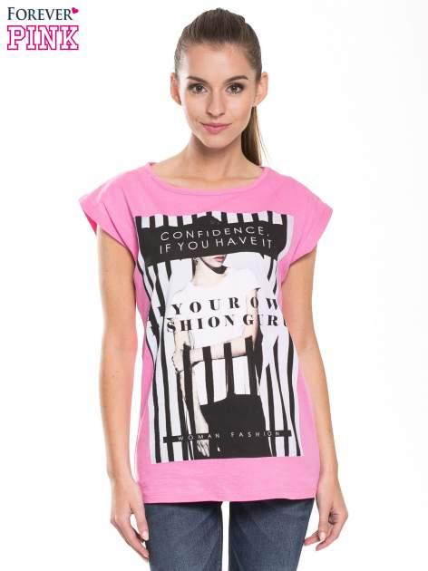 Różowy t-shirt z nadrukiem kobiety w stylu fashion