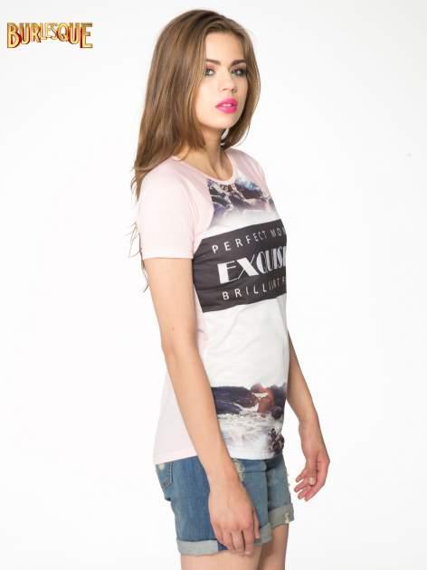 Różowy t-shirt z nadrukiem pejzażu i napisem EXQUISTE z dżetami                                  zdj.                                  3