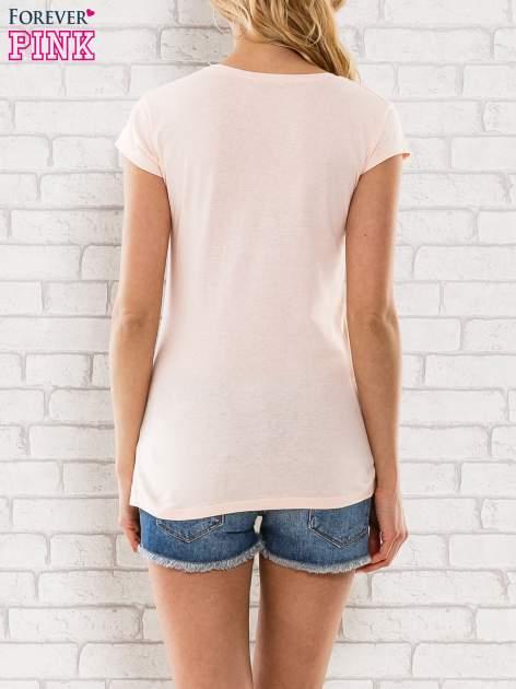 Różowy t-shirt z napisem SHE SAYS BABE YOU LOOK SO COOL XX                                  zdj.                                  2