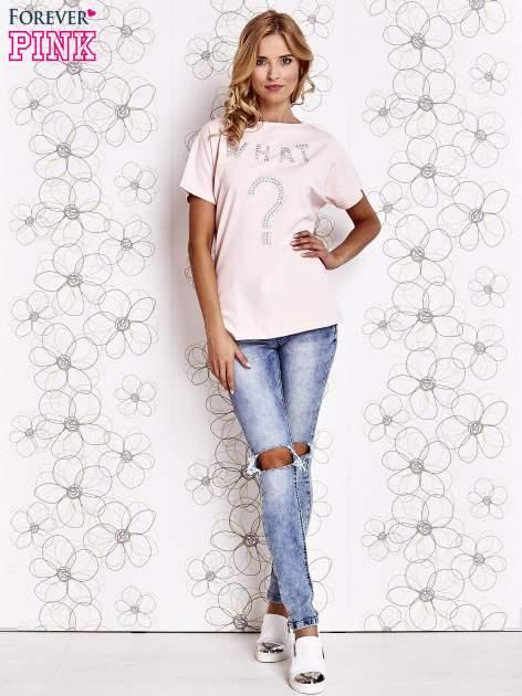 Różowy t-shirt z napisem i trójkątnym wycięciem na plecach                                  zdj.                                  2