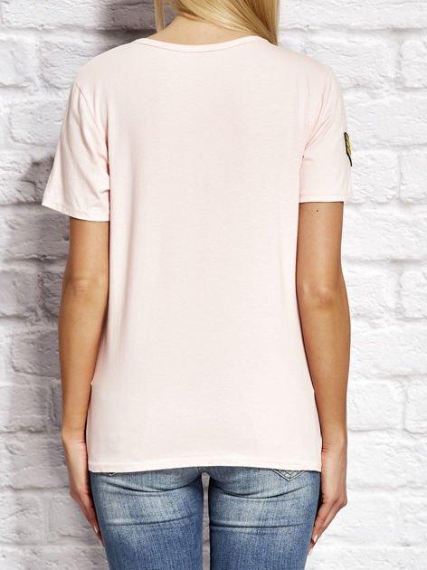 Różowy t-shirt z naszywkami                              zdj.                              2