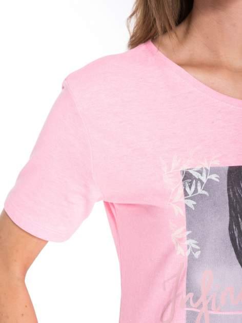 Różowy t-shirt z romantycznym nadrukiem dziewczyny                              zdj.                              7