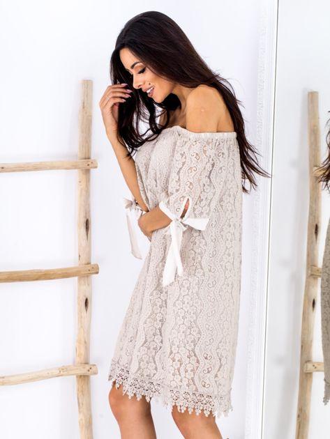 Beżowa koronkowa sukienka z hiszpańskim dekoltem                              zdj.                              3