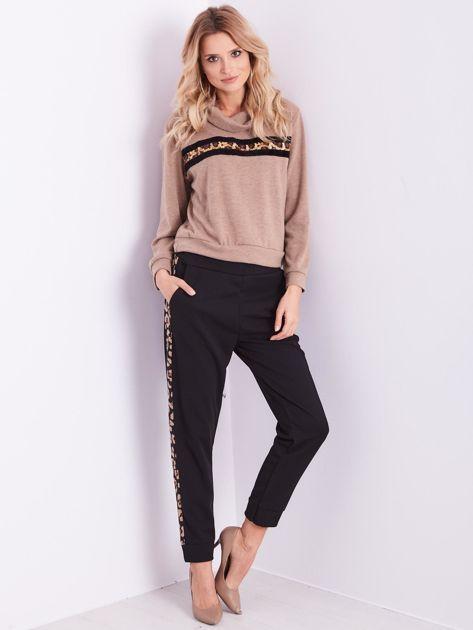 Beżowy sweter golf z cekinowym zdobieniem                              zdj.                              11