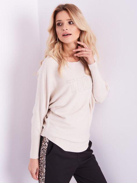 Beżowy sweter oversize z błyszczącym napisem                              zdj.                              5