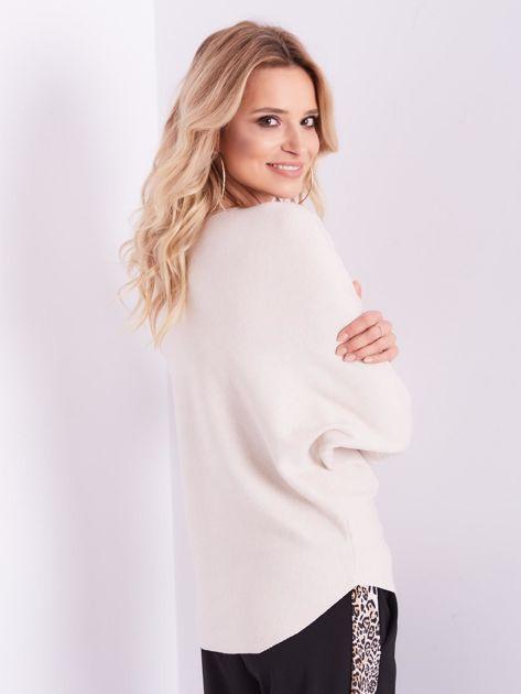 Beżowy sweter oversize z błyszczącym napisem                              zdj.                              10