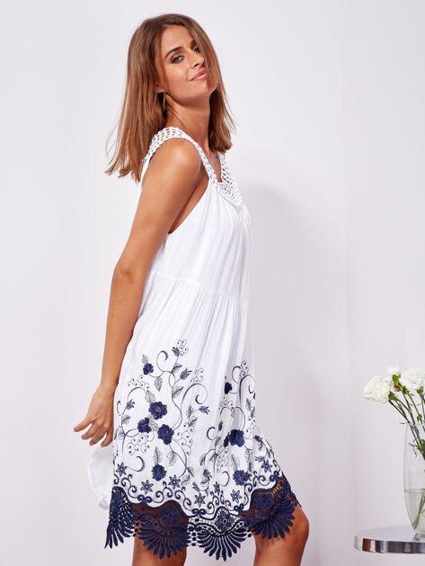 Biała sukienka midi z haftowanym wzorem                              zdj.                              3