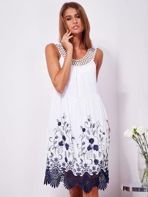 SCANDEZZA Biała sukienka midi z haftowanym wzorem                              zdj.                              1