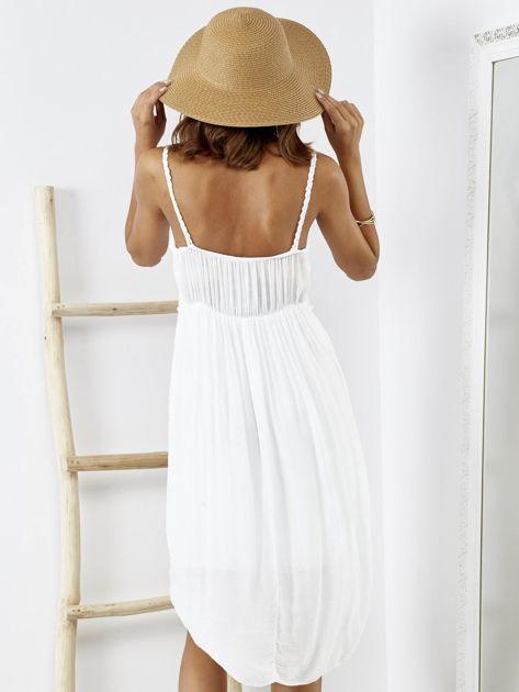 Biała sukienka z ozdobnym kwiatowym haftem                              zdj.                              2