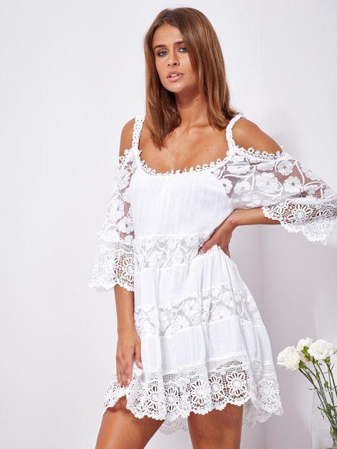 SCANDEZZA Biała trapezowa sukienka koronkowa mini                              zdj.                              6