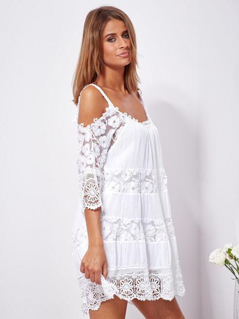 Biała trapezowa sukienka koronkowa mini                              zdj.                              3