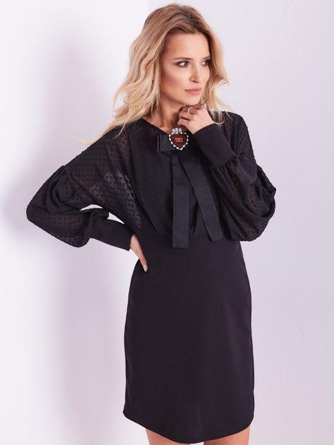 Czarna sukienka z ozdobną broszką                              zdj.                              4