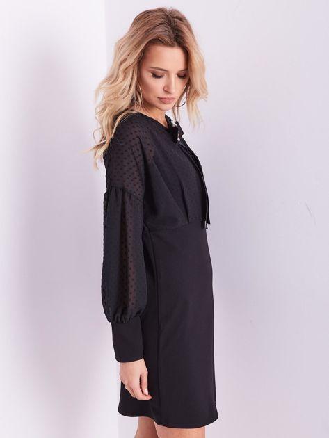 Czarna sukienka z ozdobną broszką                              zdj.                              8