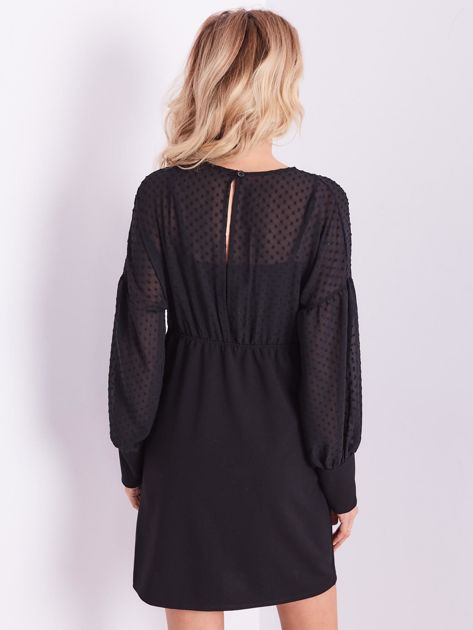 Czarna sukienka z ozdobną broszką                              zdj.                              10