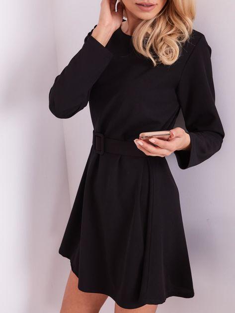 SCANDEZZA Czarna sukienka z paskiem                              zdj.                              2