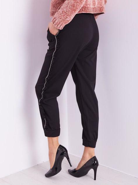 Czarne luźne spodnie z falbankami                              zdj.                              11